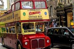 EDYNBURG - 11 Sierpień, 2015, rocznika dwoistego decker wycieczka autobusowa na Królewskiej milie w Edynburg, Zdjęcia Royalty Free