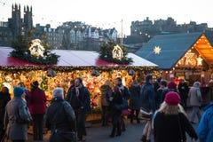EDYNBURG, SZKOCJA, UK †'Grudzień 08, 2014 - ludzie chodzi wśród niemieckiego boże narodzenie rynku opóźniają w Edynburg, Szkocj Obrazy Royalty Free