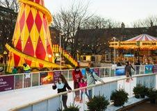 EDYNBURG, SZKOCJA, UK †'Grudzień 08, 2014 - ludzie cieszy się jeździć na łyżwach podczas Edynburg bożych narodzeń wprowadzać na Fotografia Royalty Free