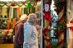 EDYNBURG, SZKOCJA, UK †'Grudzień 08, 2014 - starszy obywatele robi zakupy przy Edynburg niemieckimi bożymi narodzeniami wprowad Fotografia Stock