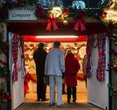 EDYNBURG, SZKOCJA, UK †'Grudzień 08, 2014 - starszy obywatele robi zakupy przy Edynburg niemieckimi bożymi narodzeniami wprowad Obraz Royalty Free