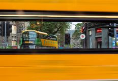 Edynburg wycieczka autobusowa widzieć przez okno Edynburg autobus gdy ono przechodzi obok zdjęcie royalty free