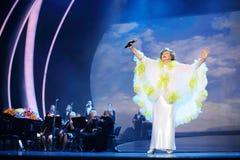 Edyta Piecha en blanco sube las manos en el concierto Foto de archivo libre de regalías