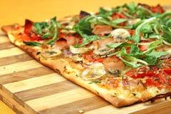 EDZR - Pizza del queso, del plátano y del arugula Imagen de archivo libre de regalías