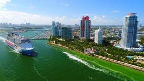 EE.UU. florida Miami Beach JULE, 2017: Barco de cruceros que sale del puerto de Miami almacen de metraje de vídeo