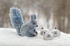 Eekhoorn met zilveren Kerstmisdecoratie Stock Foto's