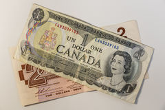 Een één en twee dollar Canadese rekening Stock Afbeelding