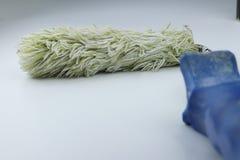 Een één rol voor schilderen klaar voor het gebruiken op witte achtergrond met blauwe greep royalty-vrije stock afbeelding