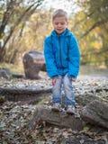 Een 7 éénjarigenjongen trof om in het de herfstpark te springen voorbereidingen stock afbeeldingen