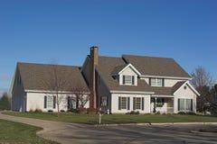 Een 2-verhaal Uitvoerend Huis Stock Afbeeldingen