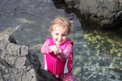Het leuke meisje spelen in water bij het strand Stock Afbeelding