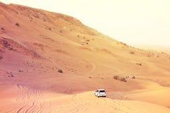 Een aandrijvingsauto met 4 wielen in actie in een reis van de woestijnsafari in de Doubai-V.A.E op 21 Juli 2017 Royalty-vrije Stock Foto