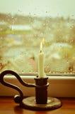 Een aangestoken kaars op een regenachtige dag royalty-vrije stock afbeeldingen