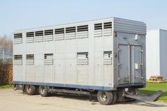 Een aanhangwagen vervoer van dieren Stock Foto