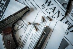 Een aankondiging over het onderzoek naar een misdadiger op de lijst van de gulle giftjager, een gevechtspistool, patronen Royalty-vrije Stock Afbeelding