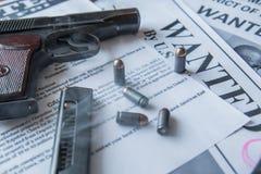 Een aankondiging over het onderzoek naar een misdadiger op de lijst van de gulle giftjager, een gevechtspistool, patronen Royalty-vrije Stock Foto