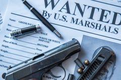 Een aankondiging over het onderzoek naar een misdadiger op de lijst van de gulle giftjager, een gevechtspistool, patronen Royalty-vrije Stock Afbeeldingen