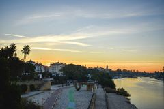 Een aanraking van zonsopgang over de rivier van Guadalquivir in Sevilla, Spanje royalty-vrije stock foto