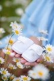 Een aanstaande moeder met een witte babybuiten royalty-vrije stock fotografie
