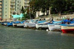 Een aantal boten legden langs de kust, Pomorie, Bulgarije 28 Juli, 2014 vast Royalty-vrije Stock Fotografie