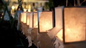 Een aantal gloeiende document lantaarns bij de viering van het festival in Thailand stock videobeelden
