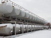 Een aantal staaltanks voor het mengen van vloeistoffen Roestvrij staal, voedsel of de defensieindustrie stock foto