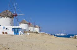 Een aantal windmolens op Mykonos en schip op zee Stock Foto's
