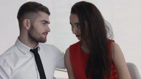 Een aantrekkelijk jong paar die van elkaars bedrijf bij lunch genieten Royalty-vrije Stock Foto's