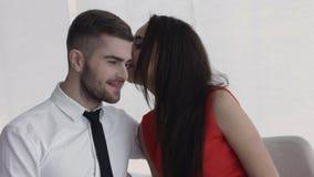 Een aantrekkelijk jong paar die van elkaars bedrijf bij lunch genieten Stock Foto's