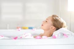 Een aantrekkelijk meisje die in bad ontspannen Royalty-vrije Stock Afbeelding