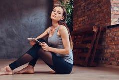 Een aantrekkelijke donkerbruine vrouw in een ruimte met zolderbinnenland Royalty-vrije Stock Foto
