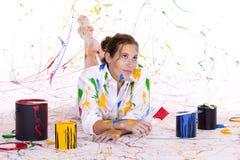 Een aantrekkelijke jonge vrouw omvat in kleurrijke verf Stock Fotografie