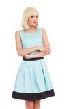 Een aantrekkelijke vrouw in lichte pastelkleur blauwe kleding Stock Foto's