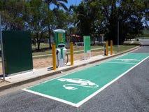 Een aanvullinge post voor twee die elektrische voertuigen in een landelijke provincieplaats worden gevestigd Stock Afbeeldingen
