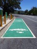 Een aanvullinge post voor twee die elektrische voertuigen in een landelijke provincieplaats worden gevestigd Royalty-vrije Stock Foto