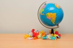 Een aardebol met een kleurrijke lei en zonnebril Royalty-vrije Stock Foto
