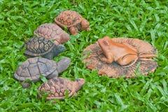 Een aardewerk van kikker en schildpadden stock fotografie