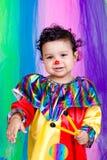 Een aardig jong geitje dat clownkleren draagt. Stock Afbeeldingen