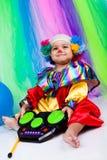 Een aardig jong geitje dat clownkleren draagt. Royalty-vrije Stock Foto's