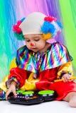 Een aardig jong geitje dat clownkleren draagt. Royalty-vrije Stock Foto