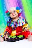Een aardig jong geitje dat clownkleren draagt. Royalty-vrije Stock Afbeeldingen