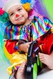 Een aardig jong geitje dat clownkleren draagt. Stock Foto's