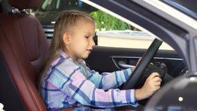 Een aardig meisje probeert om een auto te beginnen stock footage