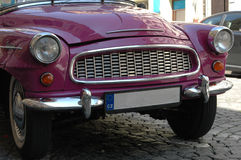 Een aardige donkere roze auto in de Tsjechische Republiek Stock Afbeelding