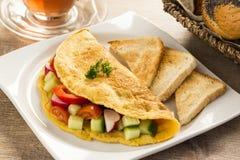 Een aardige omelet met groenten Stock Afbeeldingen