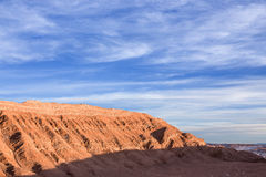 Een aardige rotsachtige berg met een mooie blauwe die hemel met wolken tijdens zonsondergang wordt gemengd Royalty-vrije Stock Foto's