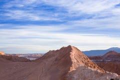 Een aardige rotsachtige berg met een mooie die hemel met wolken en blauwe hemel wordt gemengd Stock Foto's