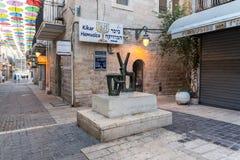 Een abstract die koperbeeldhouwwerk op het Muzikale Vierkant wordt geïnstalleerd - Kikar Hamusica in Jeruzalem, Israël stock foto's
