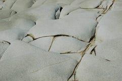 Een abstract die patroon door barsten in rotsen wordt gevormd Stock Foto