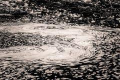 Een abstract, zwart-wit patroon van rivieroppervlakte Stock Afbeelding